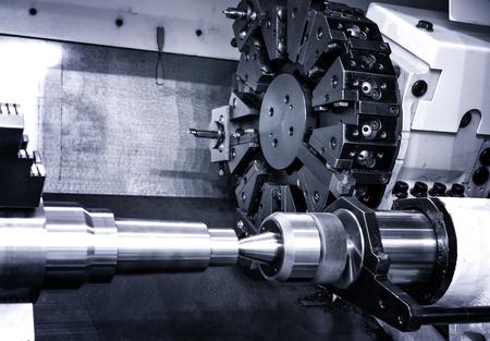 Drehkopf mit Bohrmaschine Bits und Werkzeuge in der Hochpräzisionsmechanik Anlage an CNC-Drehmaschine in Werkstatt