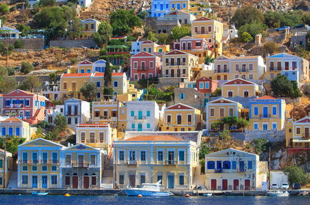 case colorate: Colorful houses lining harbor at Simi, Greece