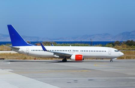 avión estaba rodando para el despegue en un fondo de mar y montañas, Grecia Rodas