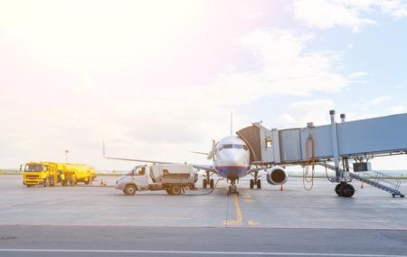 飛行機のメンテナンスとその乗客を待っている refuelingand の空港で停止します。
