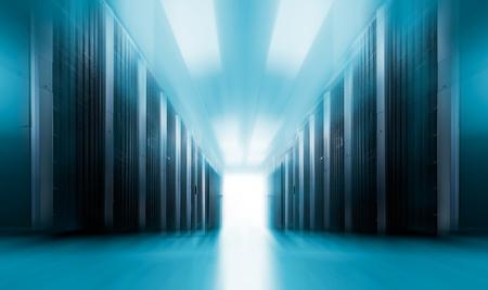 centre de données de la salle des serveurs avec des rangées de superordinateurs. Le concept de flou de mouvement.