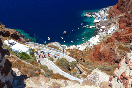 bajando escaleras: Beautiful stairs going down to a house built in the edge of the cliff at Oia, Santorini in Greece