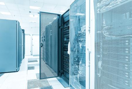 Clusterschijfopslag met de deur open in het datacenter. Big data Stockfoto - 84041414
