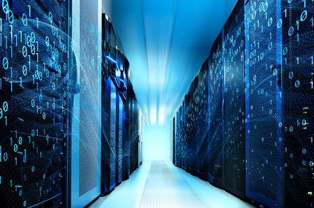 Centro de datos moderno con filas de diferentes equipos de comunicación.