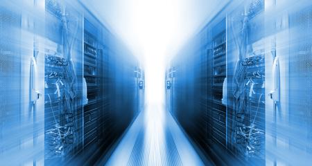 centro de datos futurista con filas de movimiento de supercomputadoras Foto de archivo