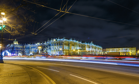 crossing the road with tracers from cars against the night of the Hermitage , the winter of St. Petersburg Foto de archivo