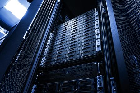 Array schijfopslag in datacenter met scherptediepte in koele toon Stockfoto