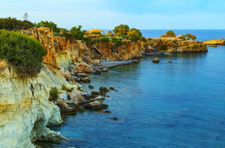 Blick auf die schöne Natur der Küste und die Bucht von Agia Pelagia in der Nähe von Heraklion, Kreta, Griechenland. Standard-Bild
