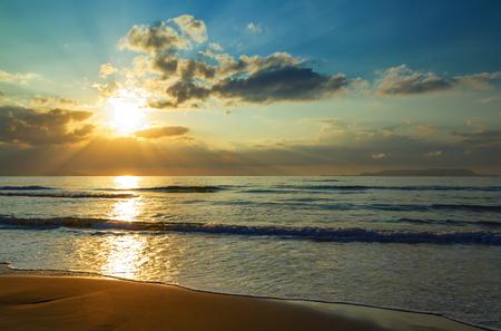 Schöner Strandsand und Meer bei Sonnenuntergang mit Kopienraum für den Hintergrund - Vintage Filter und Boost-Farbverarbeitung