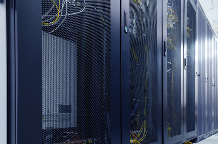 Salle du centre de données Internet du serveur avec des rangées d'ordinateurs centraux modernes. Commutateurs et câble dans les panneaux de réseau. Centre de contrôle de serveur pour fournisseur d'accès Internet.
