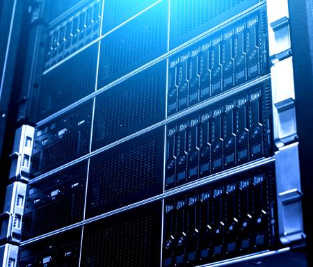 Schließen Sie mehrere Systeme moderner Cloud-Speicherdatengeräte unter blauem Licht. Technologisches Rack im Inneren. Service zum Sammeln, Technologie und Verteilen von Datenbanken über das Netzwerk
