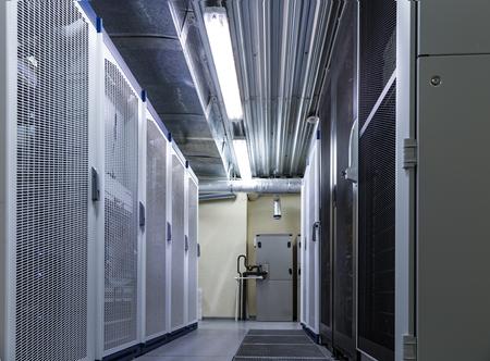 Hardware de servidor en rack en un gran centro de datos