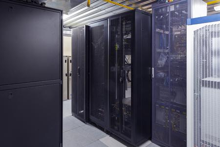 Servidores de telecomunicaciones con supercomputadoras en centro de datos. Interior moderno. Centro de almacenamiento de seguridad de datos y conexión de red global Foto de archivo