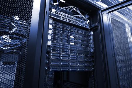 Blade-Server in montierten Rack-Cluster-Festplattenspeicherbändern mit optischen Kabeln Internetkabel im Internet-Rechenzentrumsraum. Schwarz-Weiß-Ton Standard-Bild