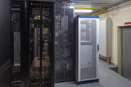 Limpie el hardware del servidor de rack interior industrial en el centro de datos. Concepto moderno de computadora de tecnología de red y telecomunicaciones. Estación de trabajo con supercomputadoras en centro de datos. Foto de archivo
