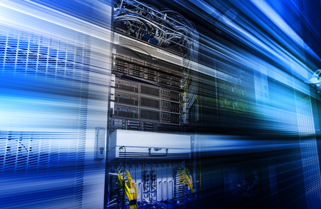 Modulo supercomputer con hardware, storage blade, cavi, fili. Interfaccia datacenter, flusso di informazioni ad alta velocità. Rischio di criminalità informatica, attacco di virus. La sfocatura di movimento tecnologica 3d rende lo sfondo