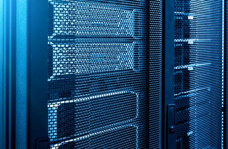 Close up rack di server nel moderno data center neon tono blu sullo sfondo. moduli in sala datacenter, rete, concetto di tecnologia cellulare e di telecomunicazione. Pannello di controllo del provider Internet Archivio Fotografico