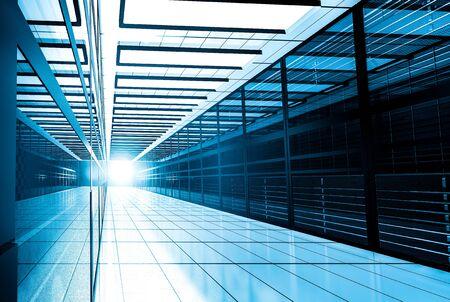 Nowoczesna sieć internetowa i technologia telekomunikacji internetowej, przechowywanie dużych danych i koncepcja biznesowa usług komputerowych w chmurze: wnętrze serwerowni w centrum danych w niebieskim świetle Zdjęcie Seryjne