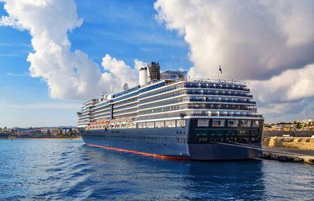 Luxus-Kreuzfahrtschiff bleibt im Hafen, um Passagiere an Bord zu bringen Standard-Bild