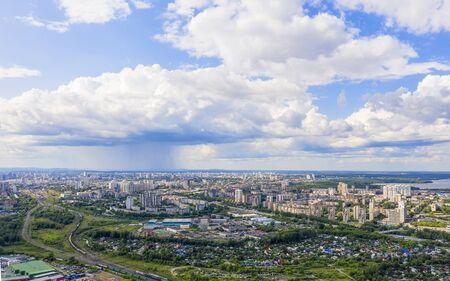 La vista panorámica de la ciudad desde un lugar alto en un día soleado