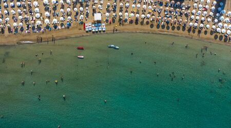 AERIAL. Summer beach with people and turquoise ocean water from top point of view, Imagens
