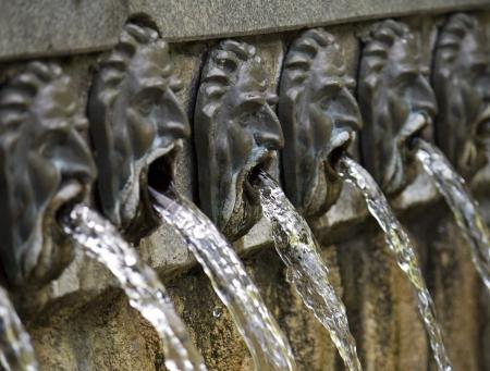 source d eau: Fontaine conçu comme un visages