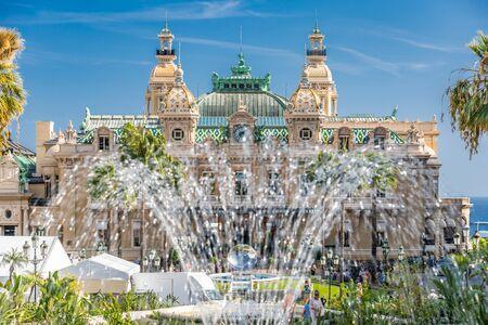 Monaco, Monte-Carlo, 02 octobre 2019 : La vue principale du casino de la principauté entouré d'arbres verts, la façade mise à jour, à travers la fontaine, l'hôtel le Paris, journée ensoleillée Éditoriale