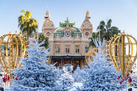 Monaco, Monte-Carlo, 25 décembre 2019 : Le square Casino Monte-Carlo au coucher du soleil, arbres de Noël blancs, hôtel le Paris, journée ensoleillée, décoration de Noël, touristes, fontaine, appartements neufs, pelouse verte