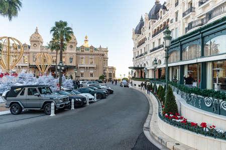 Monaco, Monte-Carlo, 25 décembre 2019 : Le square Casino Monte-Carlo au coucher du soleil, arbres de Noël blancs, hôtel le Paris, journée ensoleillée, décoration de Noël, touristes, fontaine, appartements neufs, pelouse verte Éditoriale