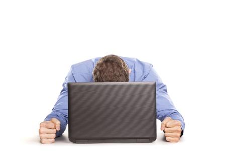 Homme frustré avec son ordinateur portable sur blanc backrgound
