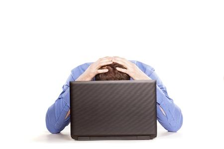 usando computadora: Hombre frustrado con su ordenador port�til en blanco backrgound