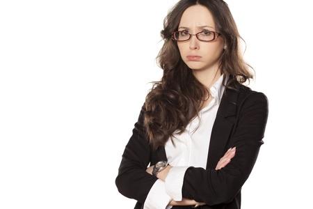 mani incrociate: arrabbiato e triste bella ragazza con le mani incrociate su sfondo bianco