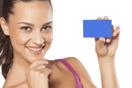 hand business card: bella ragazza sorridente che mostra la sua carta di credito