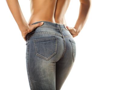 le cul de jolies femmes dans des jeans serrés sur fond blanc