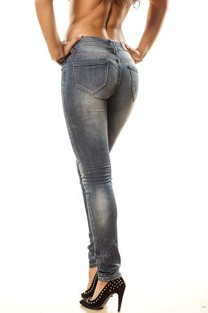les jambes et les fesses de la jolie femme en jeans serrés