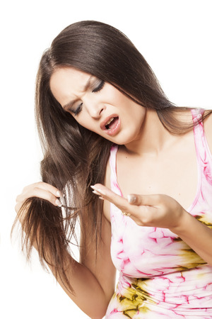 belle fille est nerveux au sujet de sa perte de cheveux Banque d'images