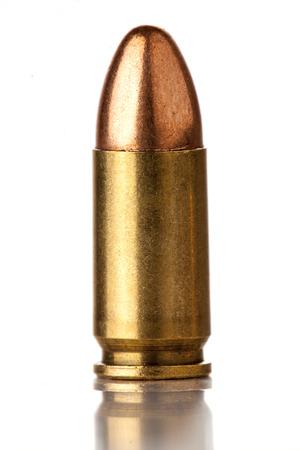 흰색 배경에 고립 된 총을위한 9mm 총알 스톡 콘텐츠