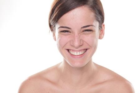 Glückliche junge schöne Frau ohne Make-up posiert auf weißem Hintergrund Standard-Bild - 47239620