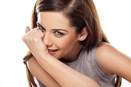 verlegen meisje lachend met haar hand over haar mond