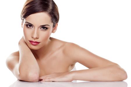 belle jeune femme posant sur un fond blanc