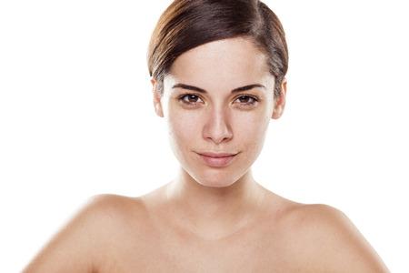 jeune femme sans maquillage sur fond blanc
