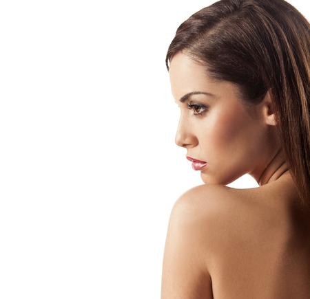 Profiel van jonge mooie vrouw die zich voordeed op een witte achtergrond