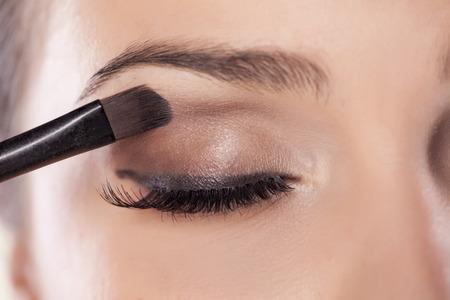 Woman toepassing oogschaduw