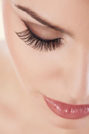 pestaÑas postizas: ojo femenino con las pestañas falsas largas