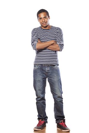 in jeans: sonriente joven de piel oscura en jeans y una blusa