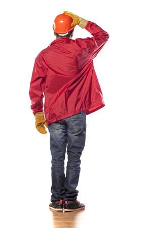 trabajadores: Vista trasera de un trabajador de piel oscura con el casco y los guantes Foto de archivo