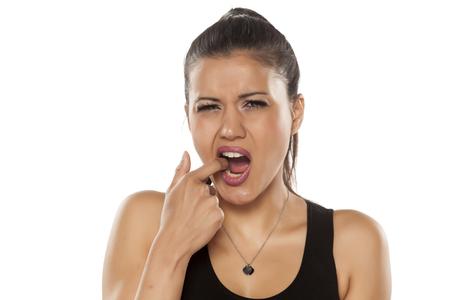 Hermosa mujer joven mostrando su diente dolorido