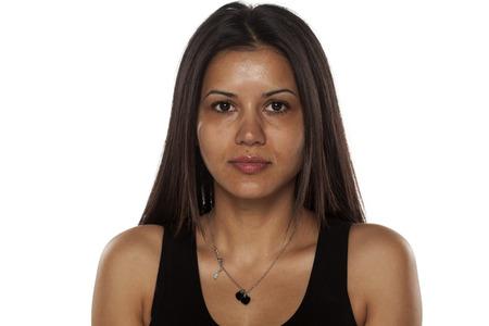 深刻な若者の浅黒い肌は化粧をせずプリティウーマンします。