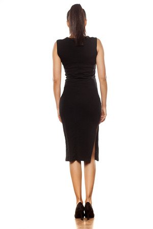 Vue arrière d'une jeune femme dans une robe noire serrée