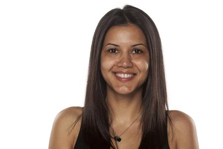 Sorridente giovane donna dalla carnagione scura senza trucco